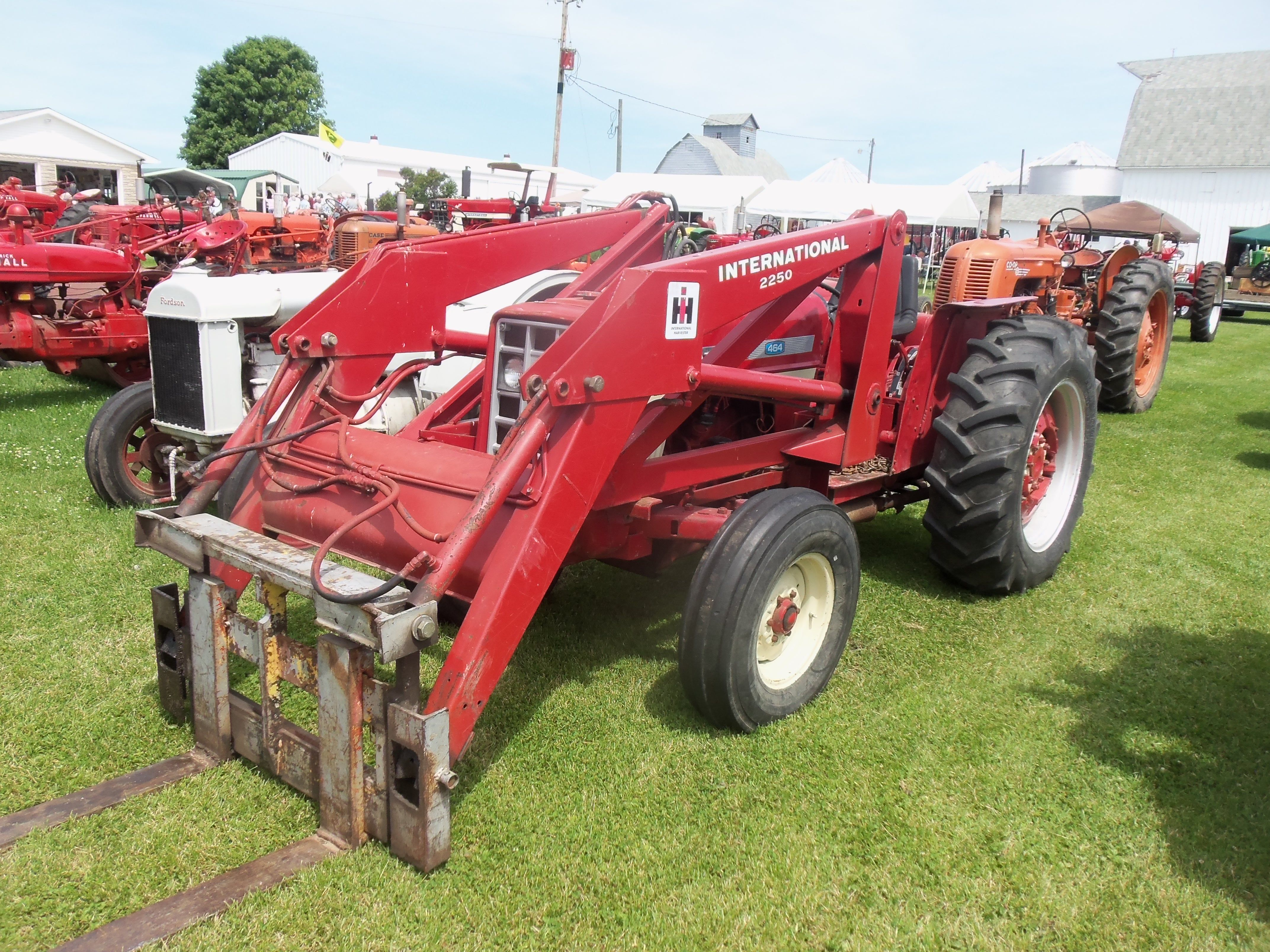 International 464 with 2250 loader
