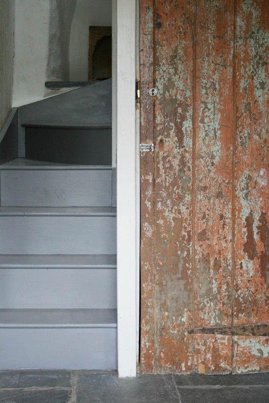 Photo of Gråmalte trapper | Forvitret tredør | Det walisiske huset | Tradisjonelle wels …