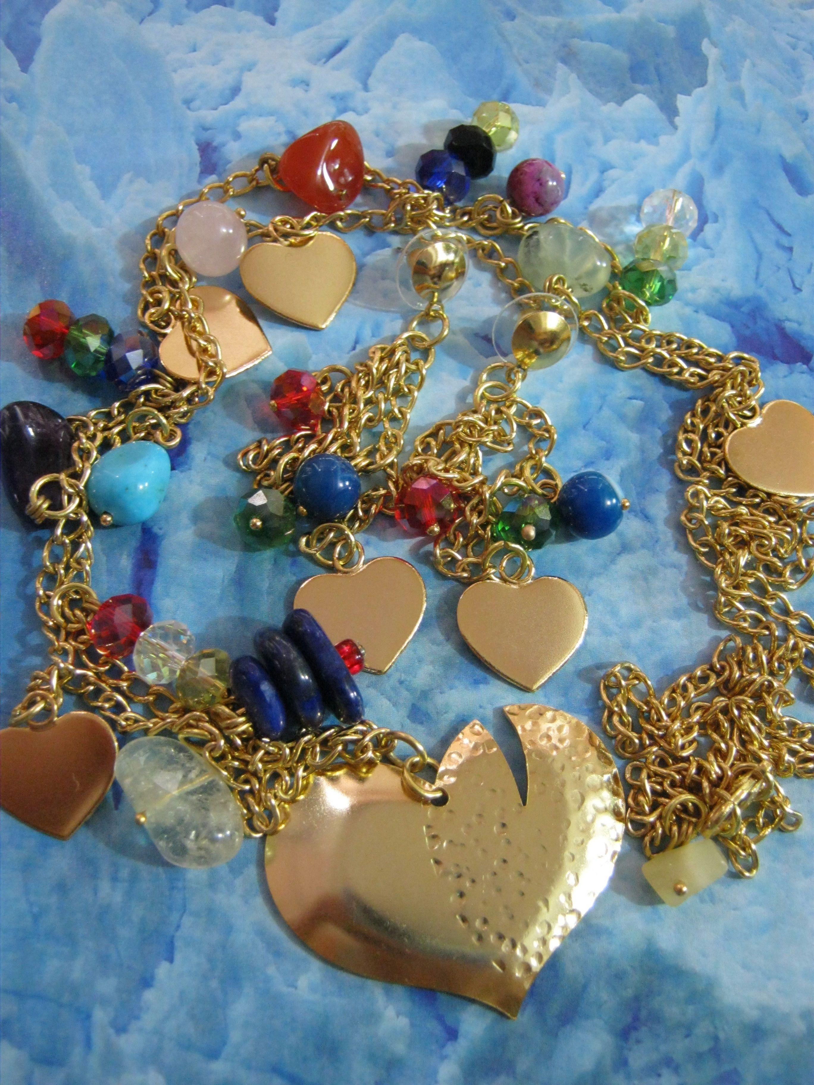Aderezo de collar y pendientes acompañado de piedras semipreciosas, en muchos colores, dijes en corazonsitos.... !