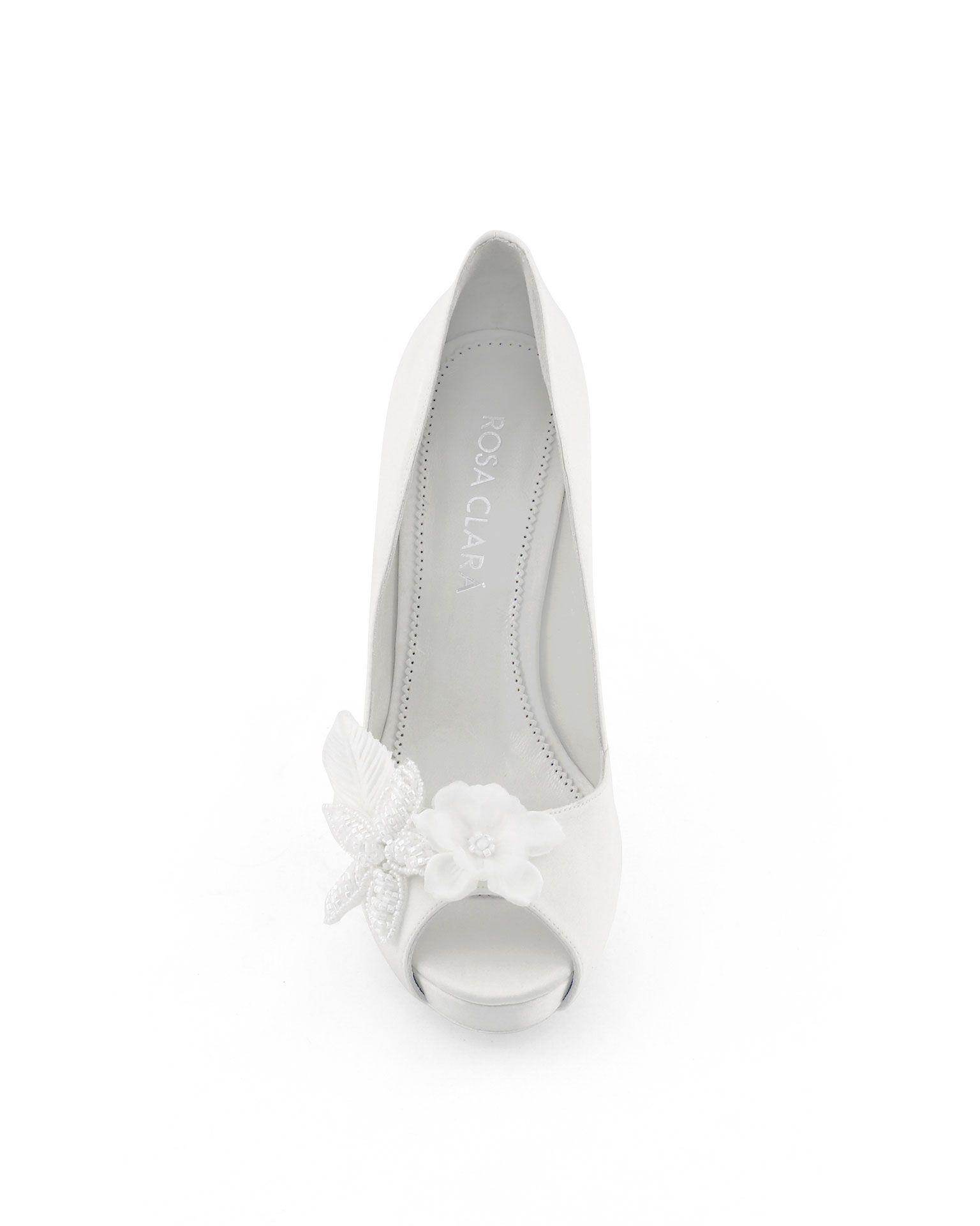En Riomar fotógrafos nos gustan estos elegantes zapatos de novia con detalle floral.  http://riomarfotografosdeboda.com