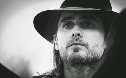 Oh my, THIS is such a BEAUTIFUL photo of Jared.  <3 <3 <3
