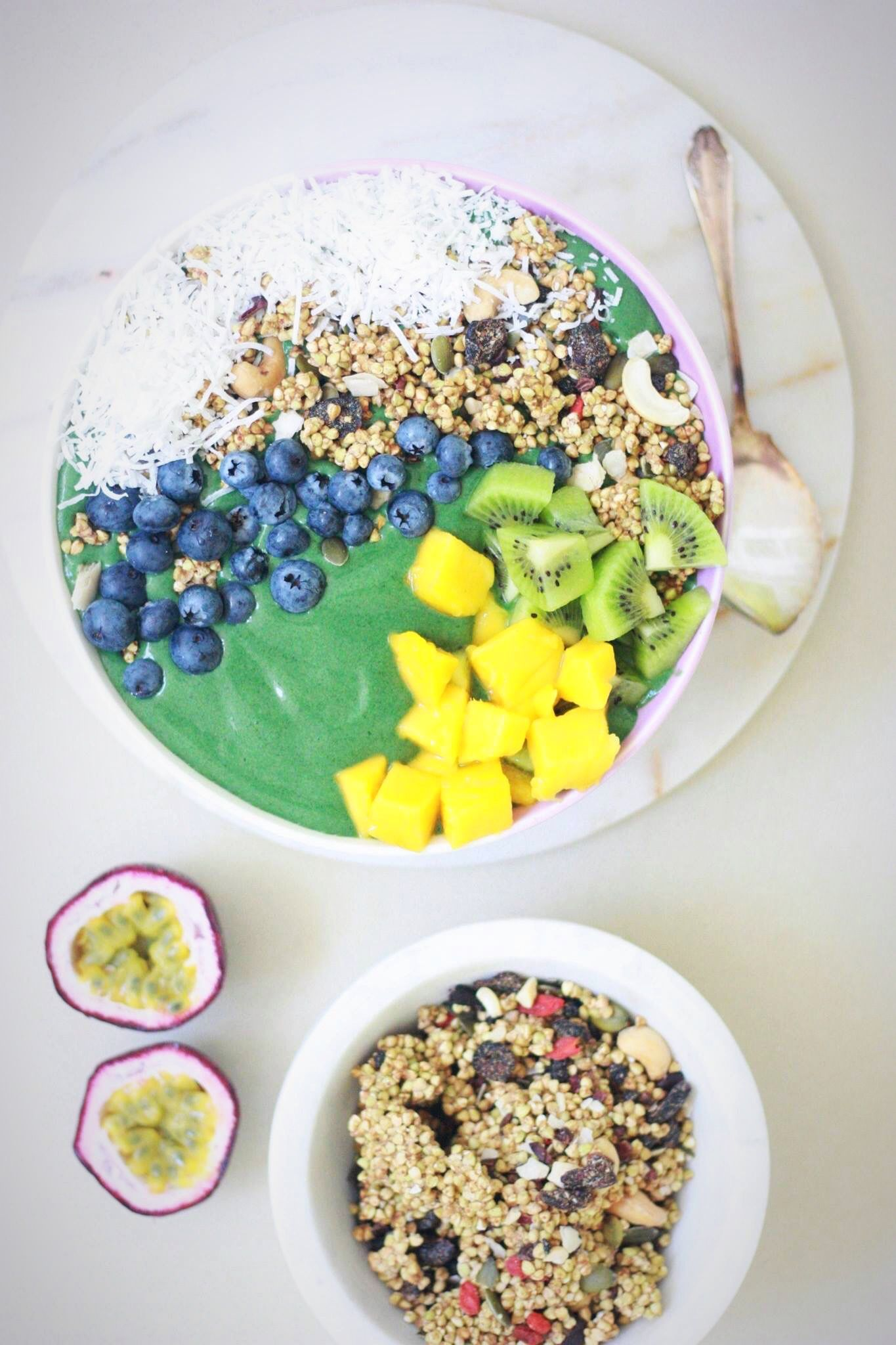 Green smoothie bowl and raw granola recipe