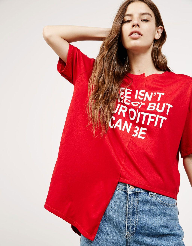 Camiseta asimétrica texto. Descubre ésta y muchas otras prendas en Bershka  con nuevos productos cada