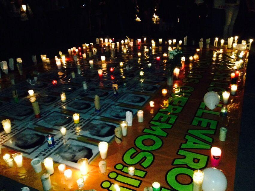22.10.14 Miles de veladoras se dieron a la tarea de dejar claro el mensaje; Todos somos Ayotzinapa.