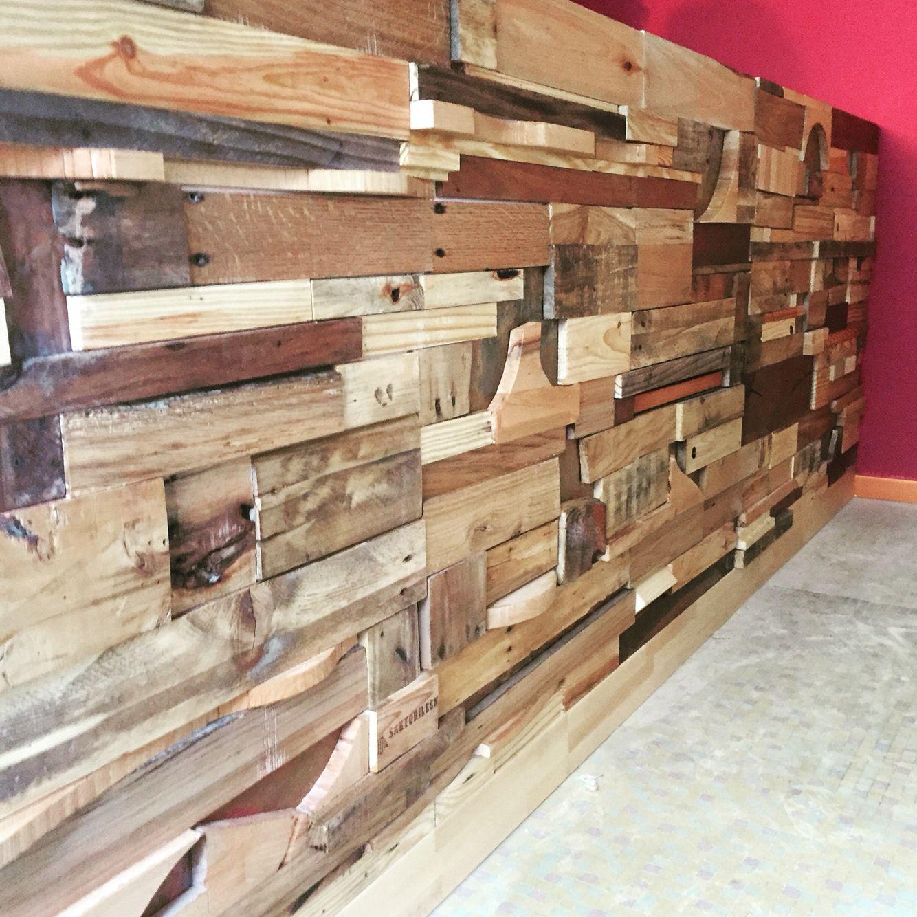 Rivestimento per bancone bar costruito con pezzi di scarto for Arredamento enoteca usato