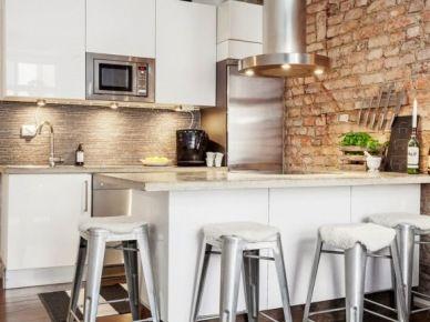 Czerwona Cegla W Stylu Retro Na Scianie W Bialej Kuchni Ze Stalowym Okapem I Lodowka 26646 Home Kitchens Kitchen Inspirations Small Kitchen