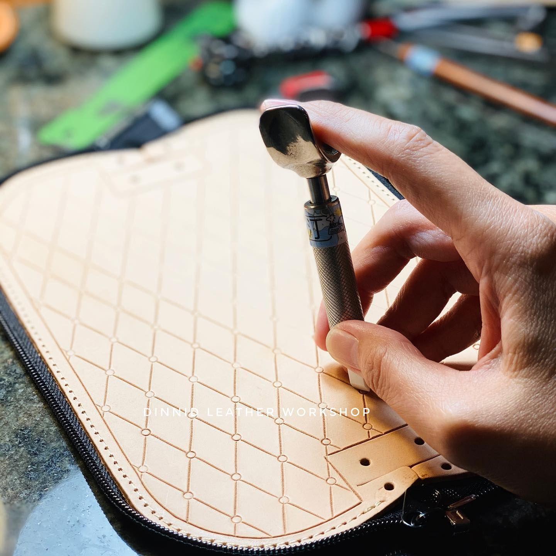 「經典菱格紋筆袋」#leathertooling #leathercraft #leatherwork #handmade #leathercarving #dinnidworkshop #leatherclass #leathercouse ...