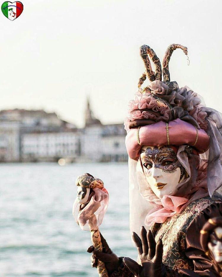 "6,631 Likes, 48 Comments - Italiainunoscatto (@italiainunoscatto) on Instagram: ""🔷 27🔹February 🔹2017 🔷 👉 Artist: @andreabezz 👈 🌍 Location: Carnevale 2017, Venezia, Veneto, Italy 🌍…"""
