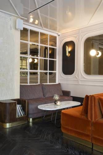 Dotato di una reception aperta 24 ore su 24 e di un bar l for Interior design famosi