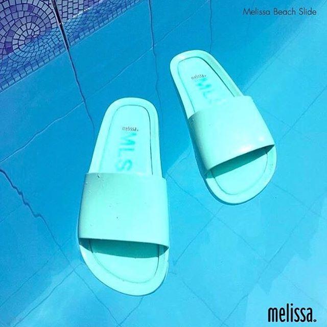 Conforto e estilo é com a #MelissaBeachSlide  Melisseira @luanaines_  #melissadodia #melissaoficial