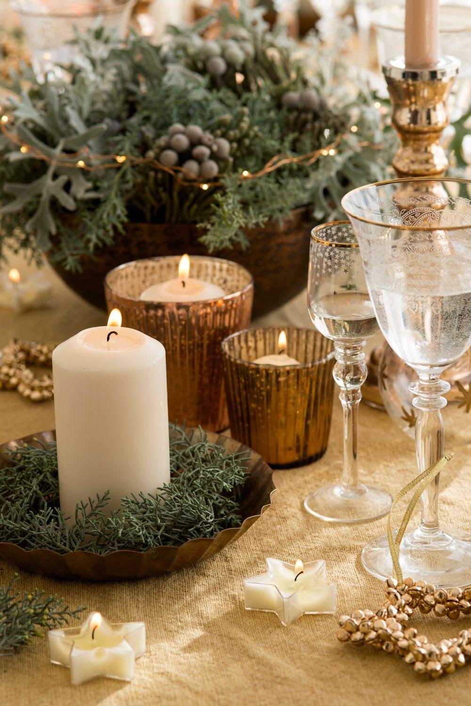 Velas y centros verdes en mesa decorada de navidad dorada - Mesas decoradas para navidad ...