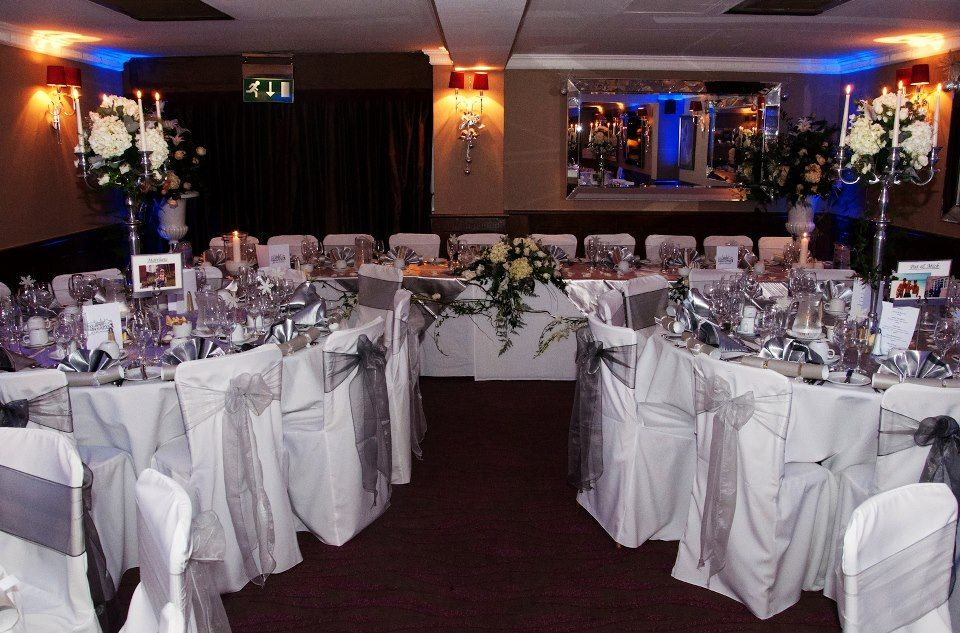 4af669df29f5a9 Alternating Platinum and Dark Silver Organza Bows on White Chair Covers.  Photos with thanks to Pho2u!