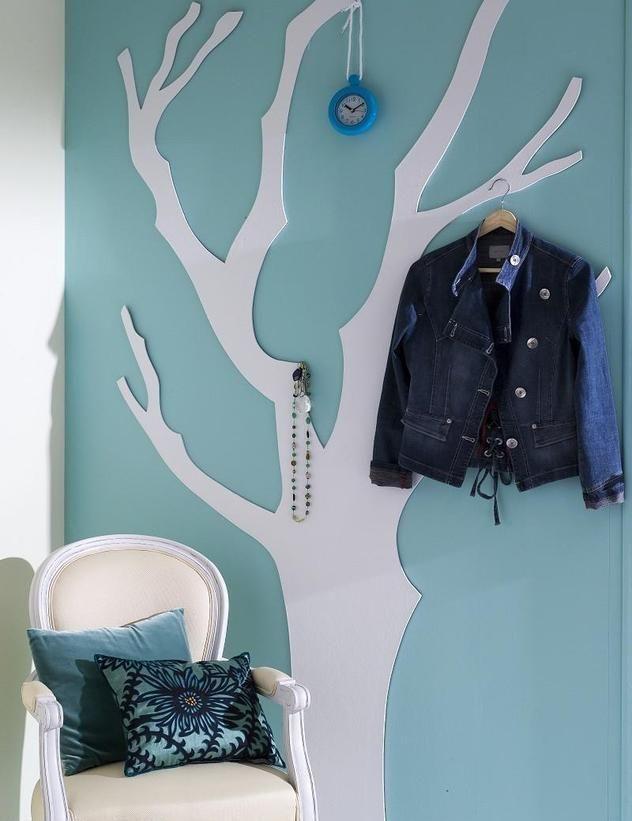 ideen garderobe flur baum weiß gestrichen hellblaue wandfarbe - flur idee