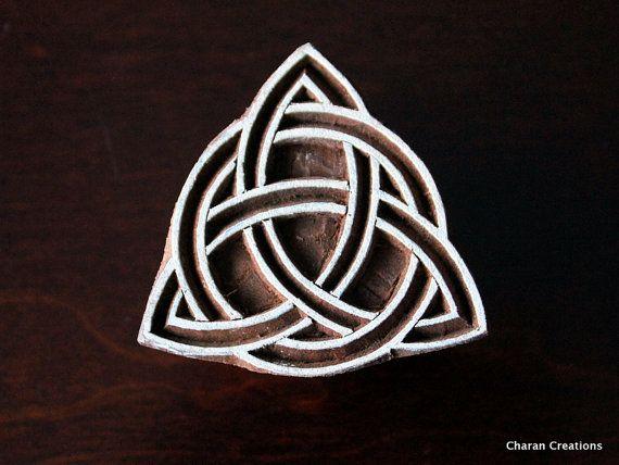 Sellos de madera a mano India están una combinación única de arte, habilidad y funcionalidad!  Este precioso sello de madera cuenta con un bonito nudo celta triangular. El sello es 2,25 pulgadas (57 mm) 2,25 pulgadas (57 mm) y 1,5 pulgadas (38 mm) de espesor.  P.S: Las imágenes se agrandan para mostrar el detalle; Consulte las especificaciones dadas para el tamaño exacto  Debido a la naturaleza artesanal de los sellos, no hay dos piezas serían exactamente idénticas  Por favor, asegúrese de…