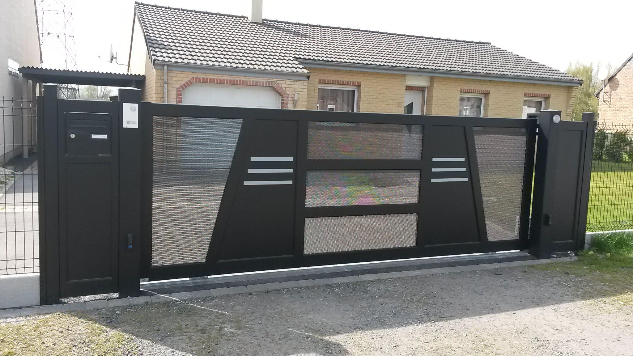 Portail Coulissant Sur Rail En Aluminium Soude Avec Poteaux Alu Et Totem Boite Aux Lettres Poteau Portail Portail Coulissant Portail Alu