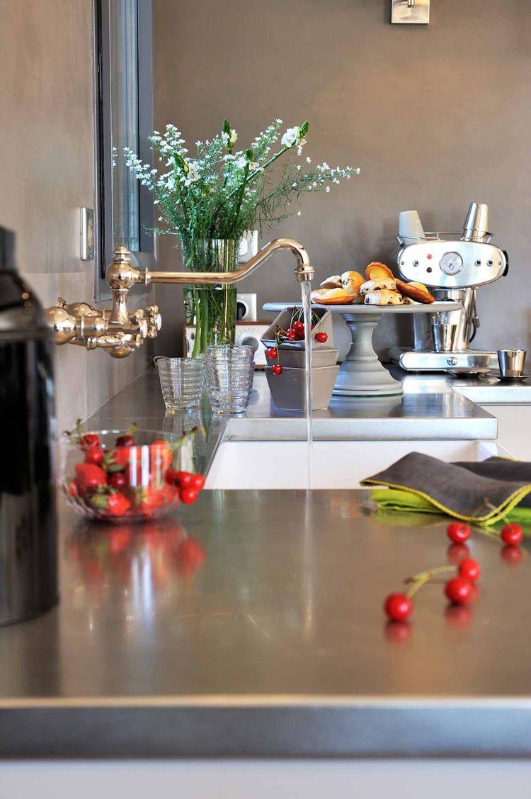 entre la cuisine et l 39 atelier b ton cir plan de travail inox timbre d 39 office robinet mural. Black Bedroom Furniture Sets. Home Design Ideas
