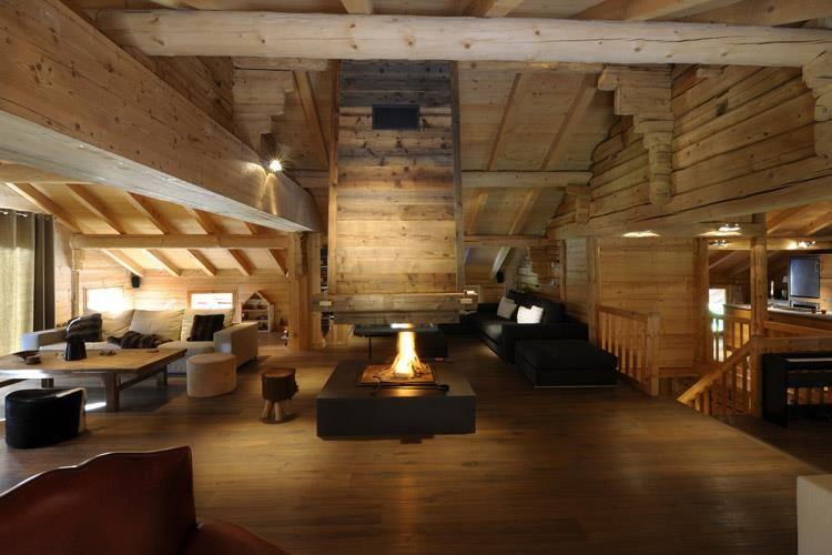 Salon tout bois avec une belle cheminée centrale | Intérieur ...