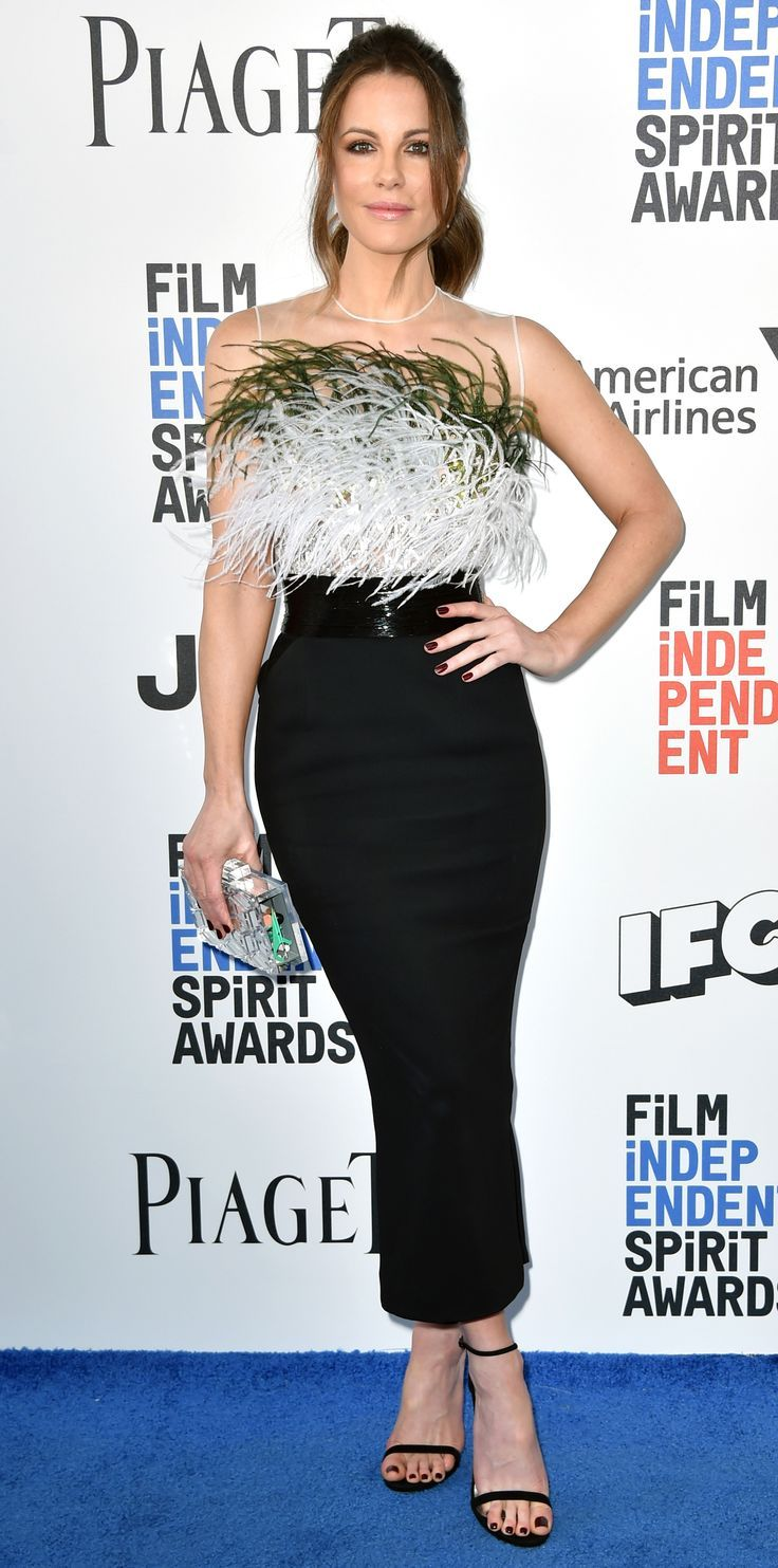 Kate Beckinsale graced the blue carpet at the 2017 Film Independent Spirit Awards in a fun and flirty ensemble. She paired feathers and sequins with a sleek pencil skirt. Simple #sandals and a crisp clutch were the perfect choices to top it all off.