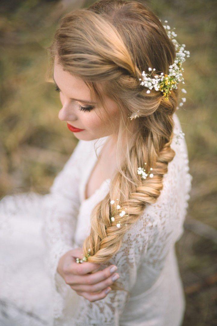Peinados novias trenza de espiga con flores naturales - Peinados de boda semirecogidos ...