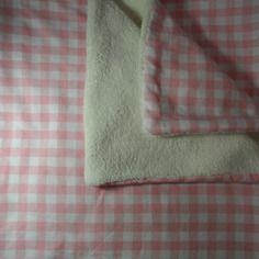 Couverture d'appoint idéale dès la naissance, très douce et épaisse, une face vichy rose - blanc, l'autre blanche