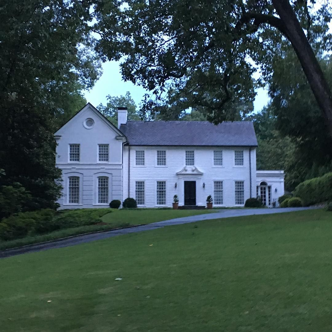 Limestone Boxwoods Instagram Limestoneboxwoods A White On White House With Slate Roof In Atlanta Colonial Exterior Architecture House Architecture