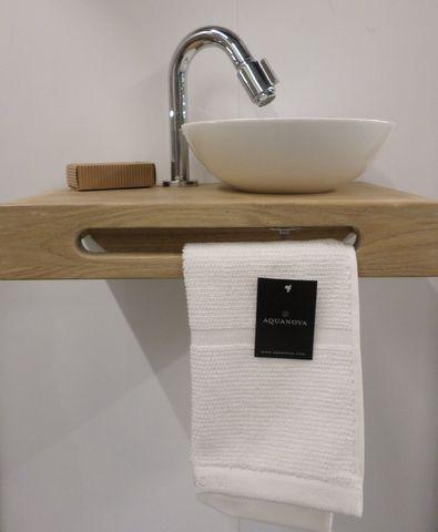 Toilet Wasbak Met Hout.Toilet Fontein Hout Met Witte Kom Handdoek Van Aquanova In