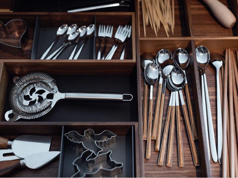 Besteckfach Sortiert. Küchenschrank Mit Besteckschublade. #küche #besteck # Schublade #Ordnung #