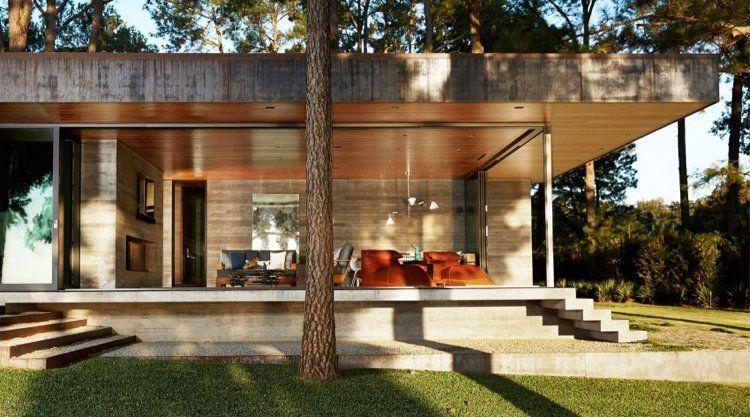 fenêtre panoramique, parement bois et béton et jardin ...