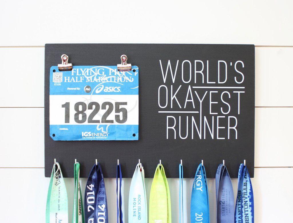 Race Bib & Medal Holder - World\'s Okayest Runner | Medallas