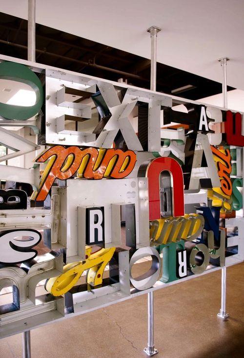 j'ai toujours adoré ces lettres vintages en déco sans jamais franchir le pas faute de savoir quoi écrire au mur (faute aussi d'un budget adéquat!); là une version nouvelle à mes yeux: la version paravant pour cloisonner l'espace…  (via Miriello Grafico letterwall sculpture on Behance)