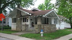 So I Learned Today That Gingle S House Sim To This One On Wikipedia Was An Airplane Bungalow Based On This Definition From Wiki Cottages Bungalows Bungalow Craftsman Style Homes