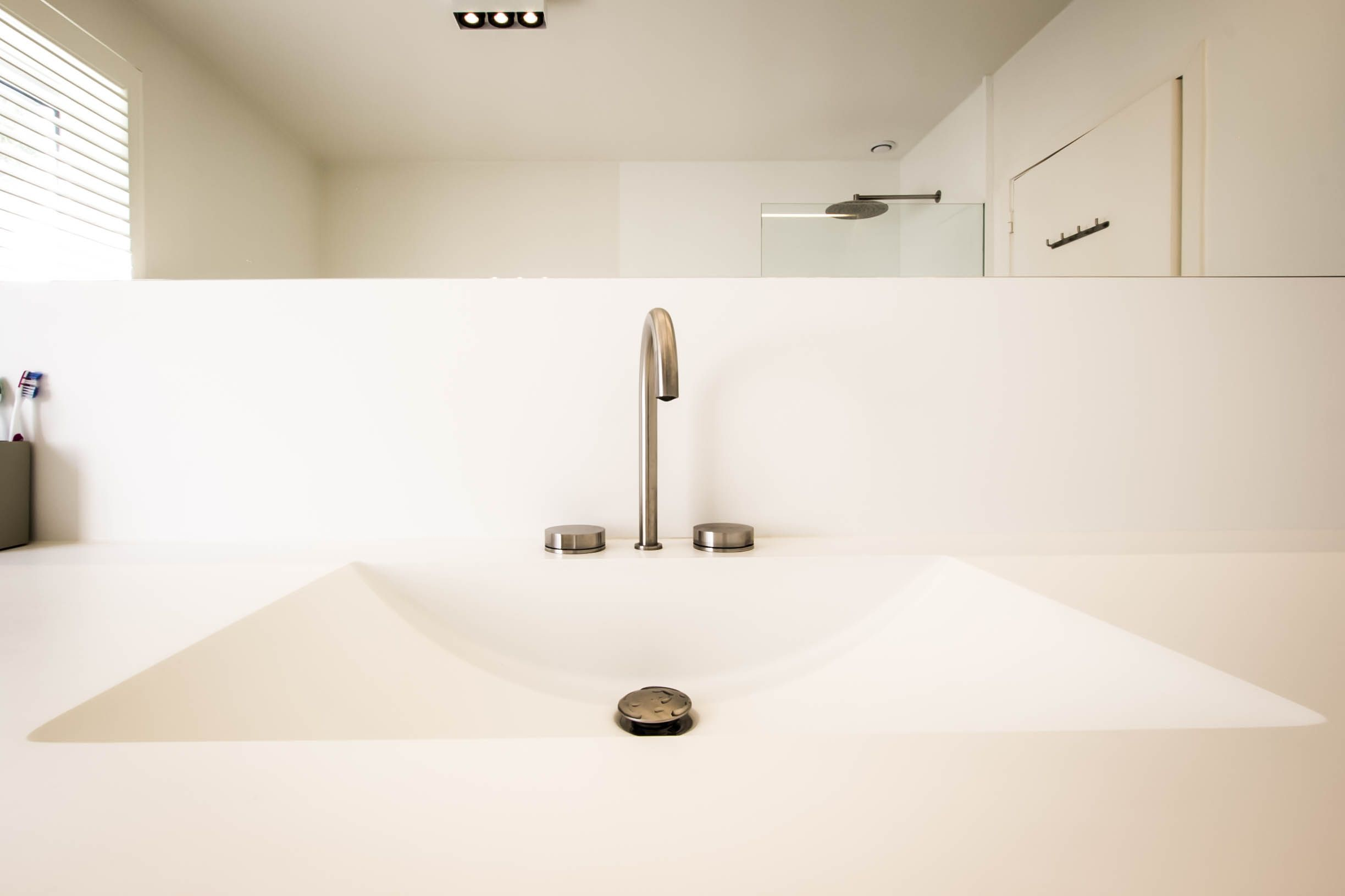 Wasbak Badkamer Inspiratie : Badkamerinspiratie. moderne badkamer. wasbak zonder lijnen in solid
