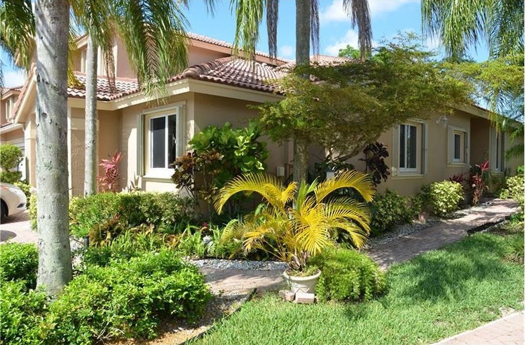 5766 Nw 127th Ter Coral Springs Fl 33076 Zillow Coral Springs Pergola House Styles