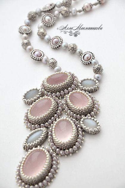 Le Matin de la Reign - колье-кулон с розовым кварцем и жемчугом. Роскошное и изысканное колье-кулон с великолепным розовым кварцем ограночного качества - камни смотрятся, как опалы и словно светятся изнутри... Для этих прекрасных камней я подобрала самое роскошное обрамление.