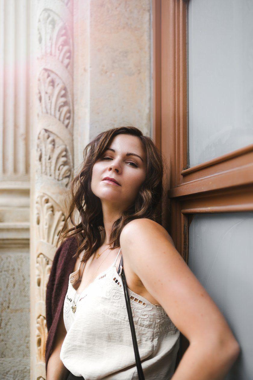 So kombiniere ich Strickjacke im Herbst – Ein klassisch-elegantes Outfit in bordeauxrot, beige und schwarz