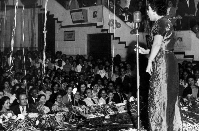 Uma das maiores intérpretes da música brasileira entre as décadas de 1930 e 50, amiga dos presidentes Getúlio Vargas e Juscelino Kubitschek, Linda iniciou cedo sua vida artística com a irmã Dircinha Batista e teve uma longa carreira de sucesso, inclusive internacional. Atuou em produções nacionais ao lado de Carmen Miranda e foi uma das cantoras mais bem pagas do país, o que se revelava no luxo e glamour em que vivia.  [Rio de Janeiro], 17 de junho de 1956. Correio da Manhã
