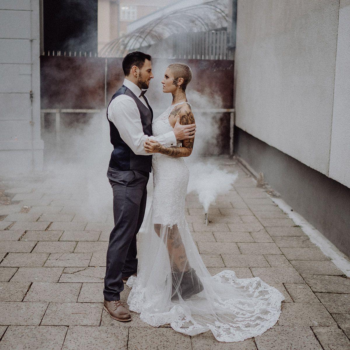 Brautpaar bei urbaner Indie Winterhochzeit - The Grand Berlin Hochzeitsfotograf © www.hochzeitslicht.de