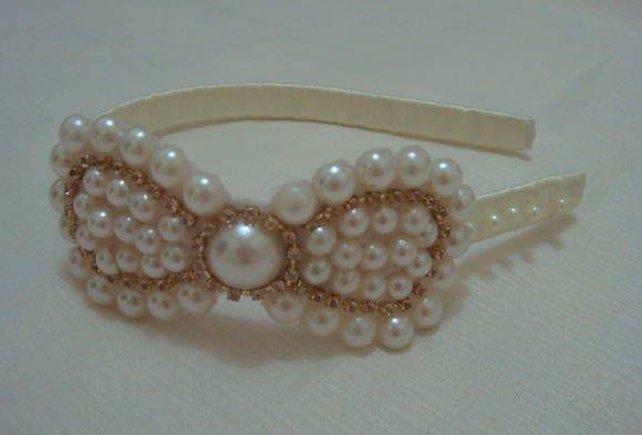 Linda tiara revestida em fita cetim bege pérola, com laço em pérolas, meia pérola e strass. Pode ser usada em várias ocasiões inclusive casamentos. R$ 20,00