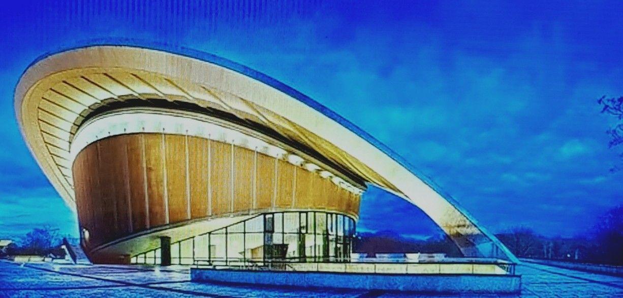 Blaue Stunde An Der Kongresshalle Heute Umstandlicherweise Haus Der Kulturen Der Welt Genannt Architektur Haus Halle