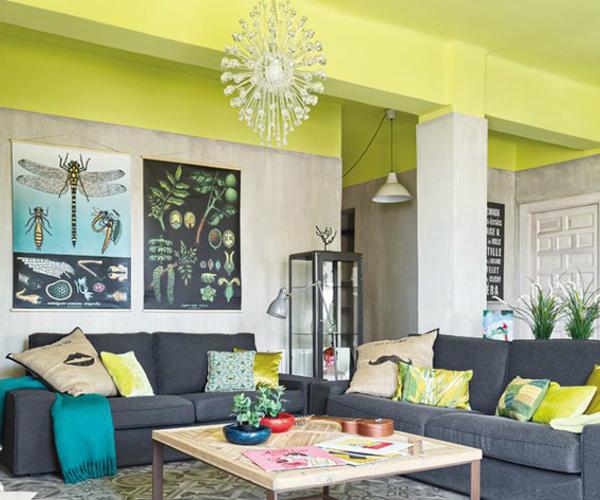 Peindre un plafond en couleur pour dynamiser sa d co - Peut on peindre un salon de jardin en bois exotique ...