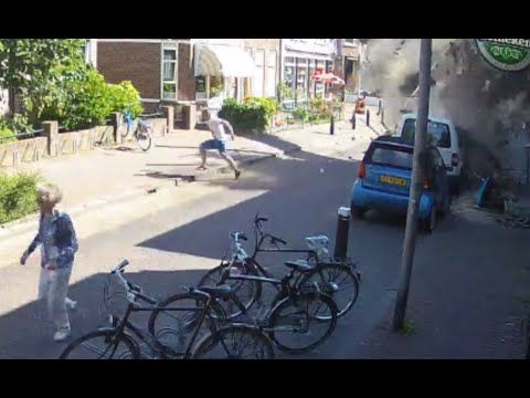CCTV: Crane crushes a sidewalk, passers-by run for their lives