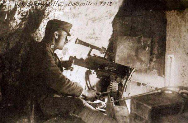 Австрийский солдат у пулемета Шварлозе,тоснащенного оптическим прицелом. 1917 год.