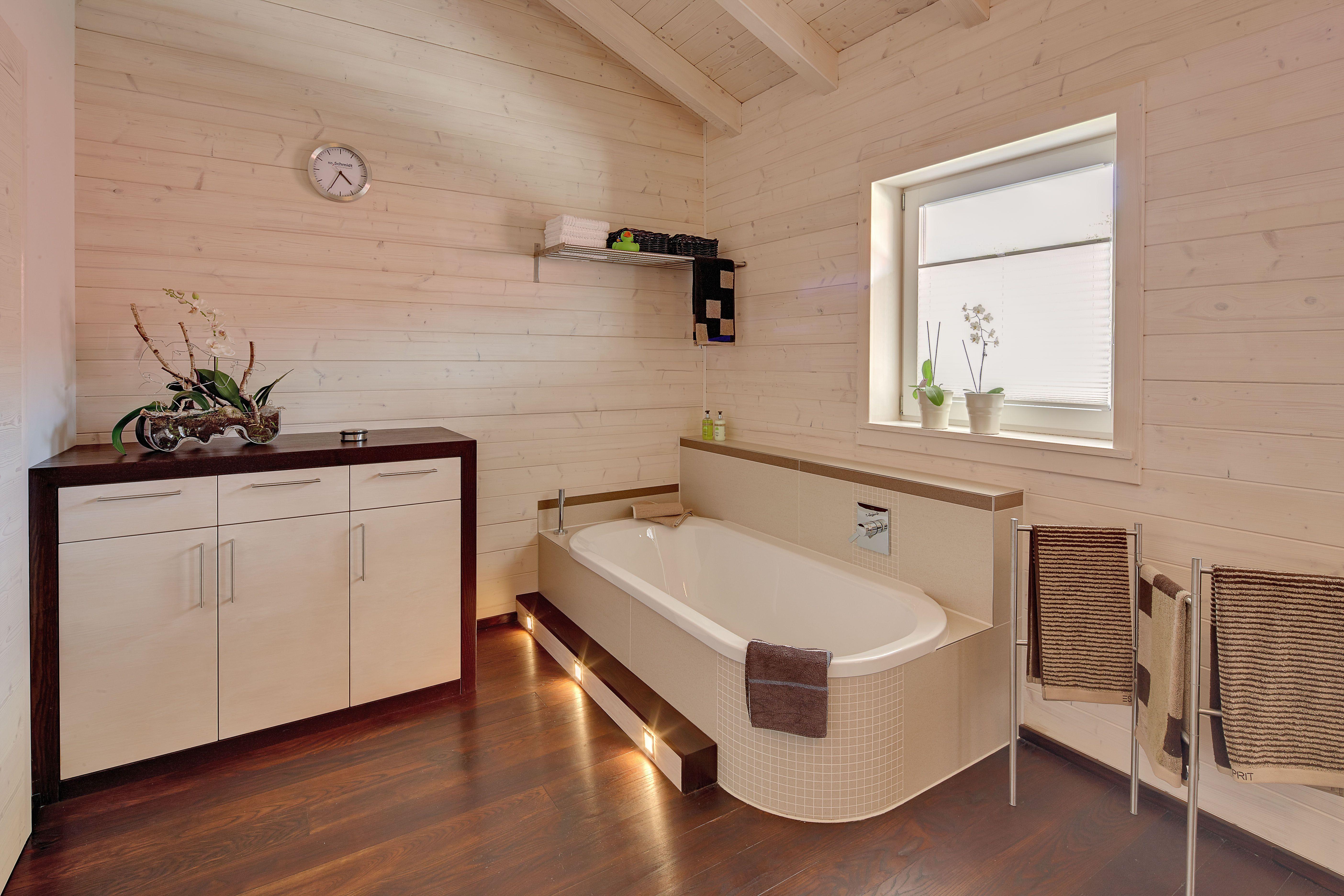 Holzdecke Im Bad Stunning Holz Macht Das Bad Wohnlich Badezimmer Bad Mit Trends Bilder 2020 Holzdecke Badewanne Stufe Im Fli In 2020 Corner Bathtub Design Bathtub