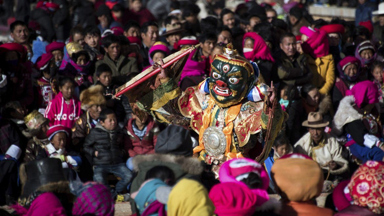Esta festividad convoca a cientos de monjes budistas representando dioses y demonios de la mitología tradicional tibetana con máscaras coloridas