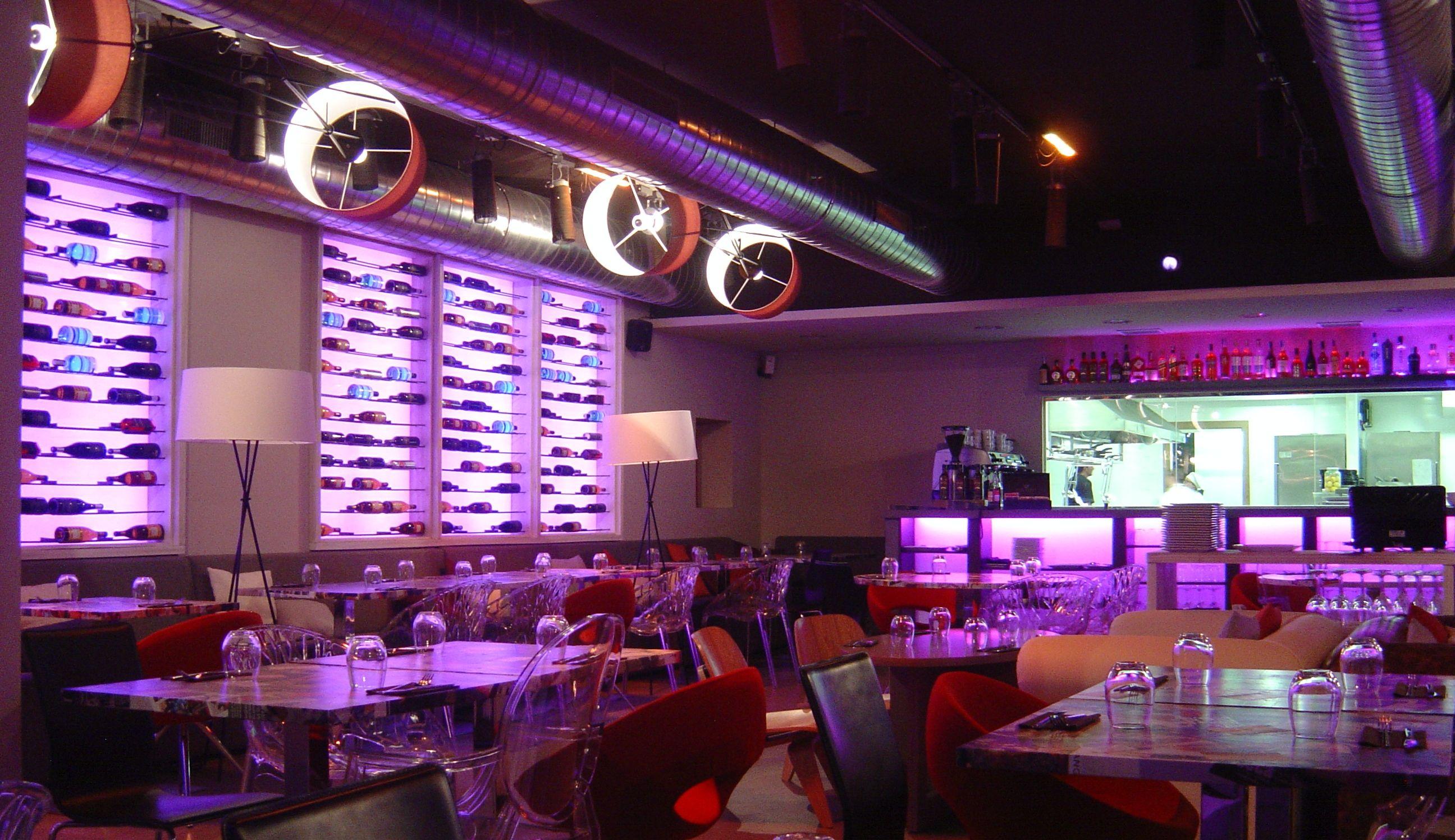 Ideas de bar restaurante estilo contemporaneo color rojo marron blanco dise ado por - Restaurante attic barcelona ...