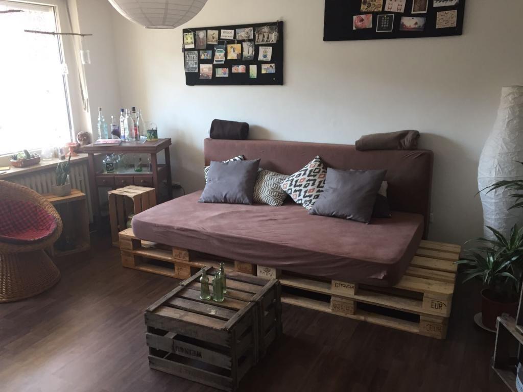diy-sofa aus europaletten und zwei matratzen. #diy #sofa #couch