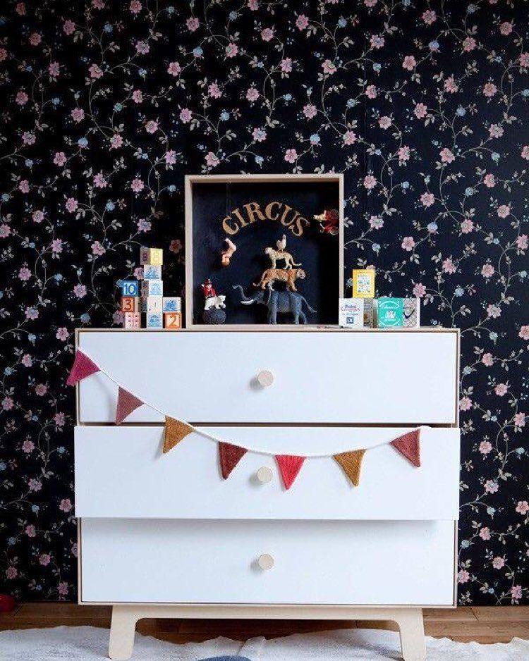 {#InspireMomAndKids} Papel de parede na cor preta para quartinho de criança pode? Claro que sim! Olha esse exemplo com flores.  Também é possível aplicar a ideia de parede escura com toque colorido em outros cômodos da casa.
