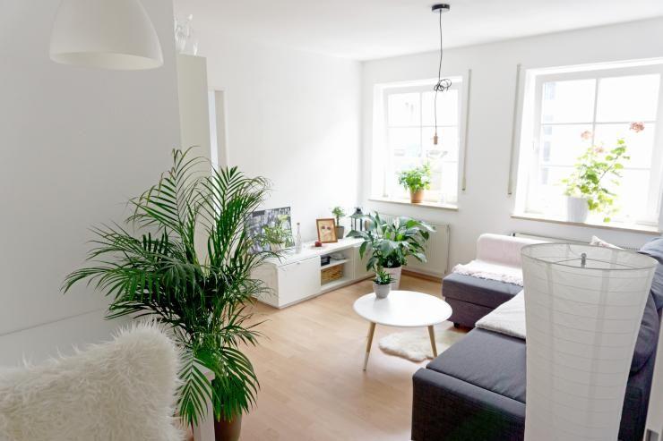 Modernes Wohnzimmer mit großen Fenstern, Lichteinfall und schöner