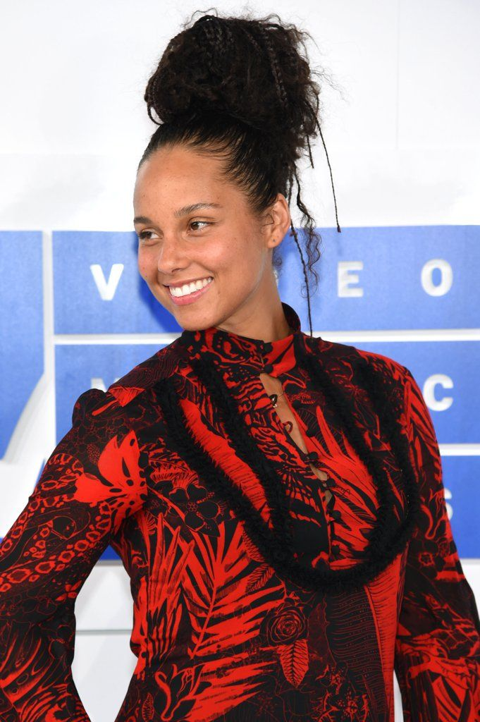 Alicia Keys And Alessia Cara Wore No Makeup To The Vmas And Seriously Stunned Celebrities Alicia Keys Mtv Videos