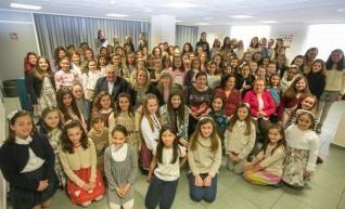 Las candidatas infantiles ayer, posan junto a los miembros del jurado en la Casa de la Festa.